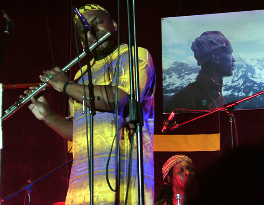 Roy Campbell (l.) with Hamid Drake. Don Cherry is on the projection screen.