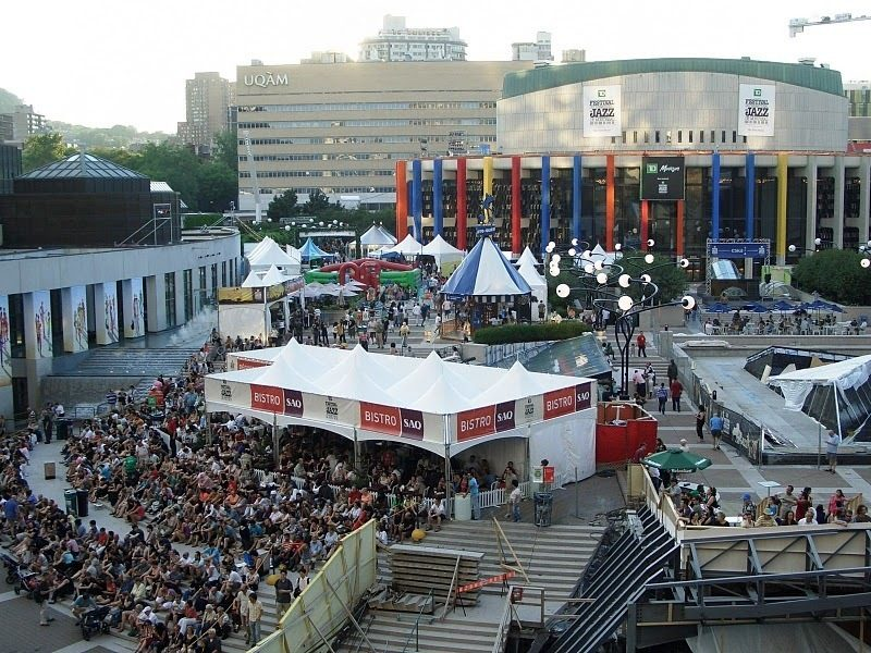 Crowds at outdoor stages at the 2010 Montreal International Jazz Festival